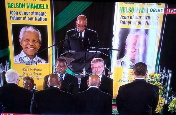 Gerry Adams hält Ehrenwache am Sarg von Nelson Mandela