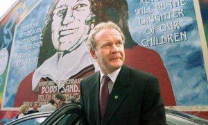 Martin McGuinness vor dem Mural von Bobby Sands