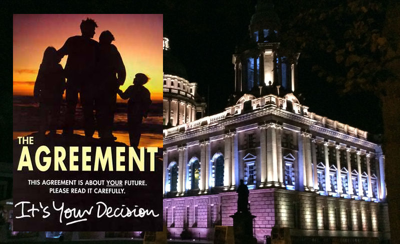 Belfaster Rathaus bei Nacht, Poster zum Referendum über das Friedensabkommen von 1998