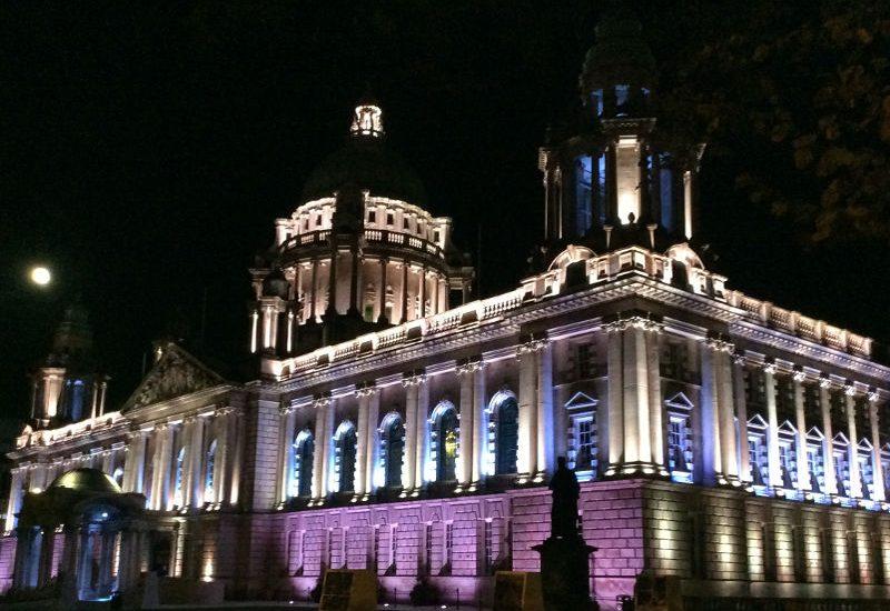 Sept. 2016, Belfaster Rathaus bei Nacht
